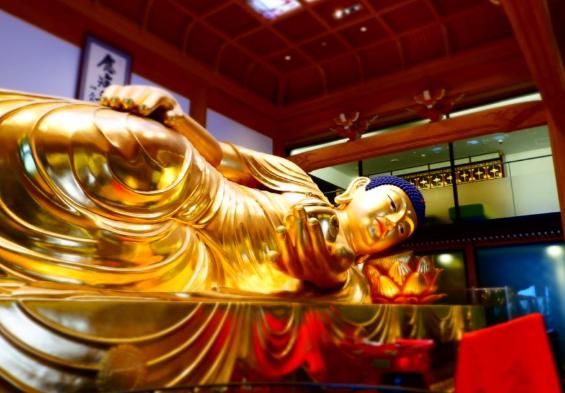 世界一の純金箔薬師如来涅槃像
