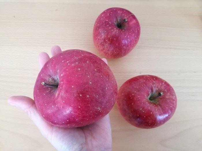 りんご手のひらにのせる